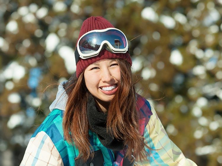 安全にスキーを楽しむために! ベストなスキーヘルメットはこう選ぶ